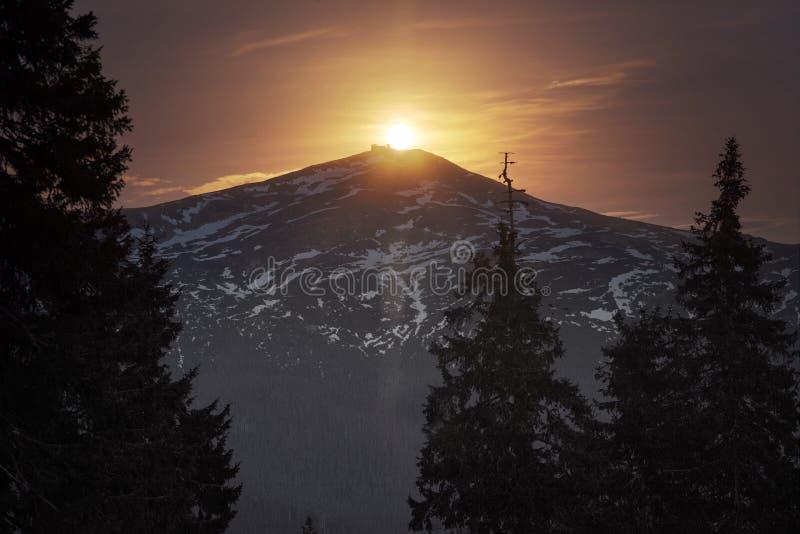 De Zwarte Berg van de zonsopgangmaan stock fotografie