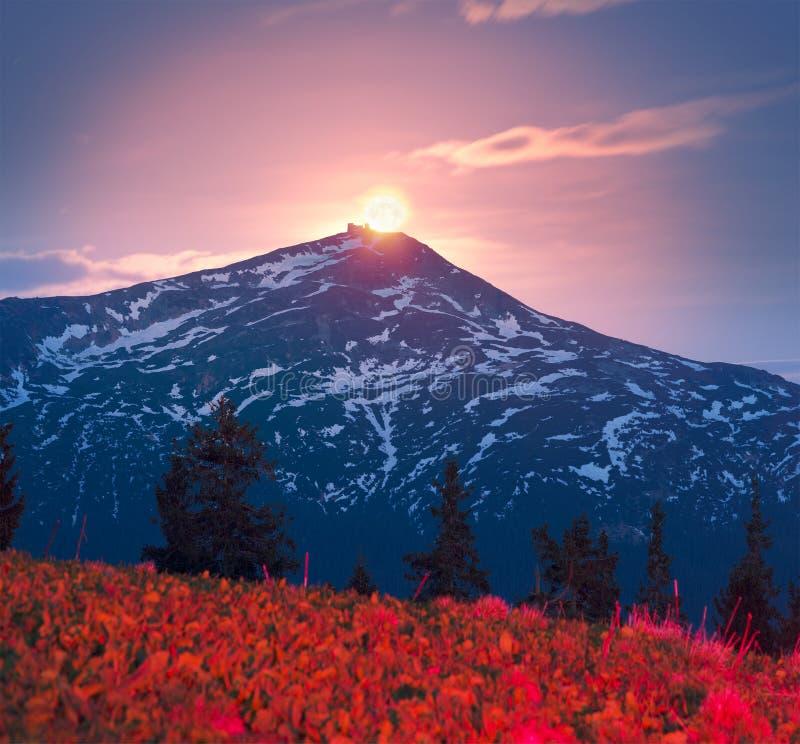 De Zwarte Berg van de zonsopgangmaan stock afbeeldingen