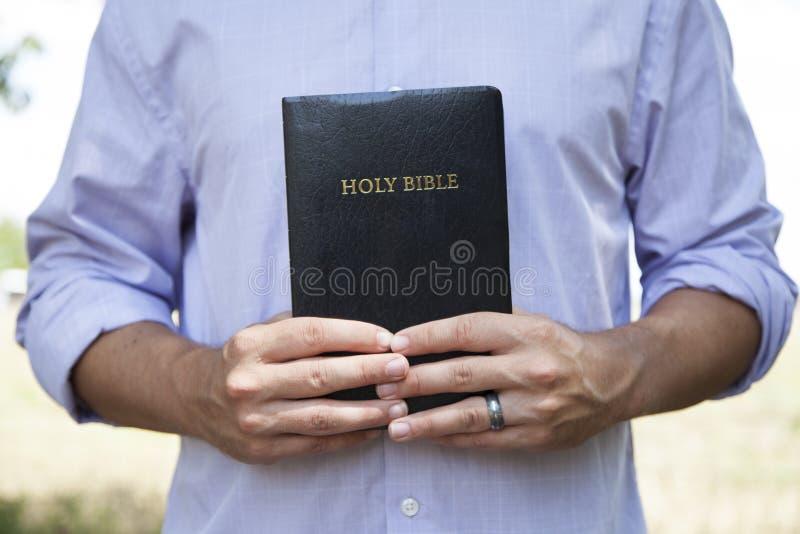 De Zwarte Bijbel van de Holding van de mens stock afbeeldingen