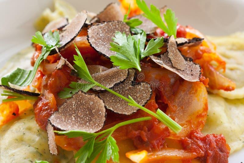 De zwarte deegwaren van de truffelravioli stock afbeelding