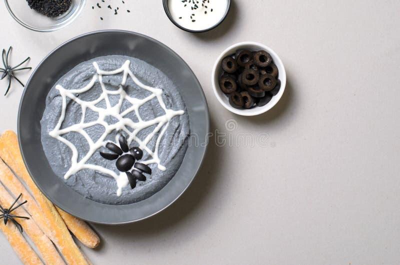 De zwarte die Onderdompeling van Hummus Halloween met Spinneweb en Spin, Halloween-Partij wordt verfraaid behandelt royalty-vrije stock foto's