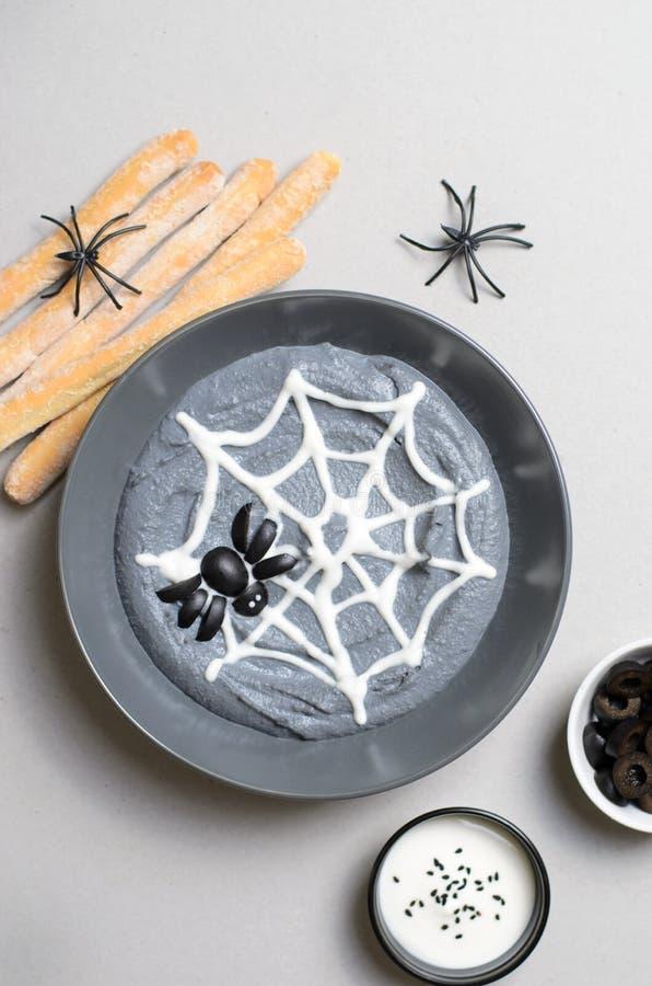 De zwarte die Onderdompeling van Hummus Halloween met Spinneweb en Spin, Halloween-Partij wordt verfraaid behandelt stock fotografie