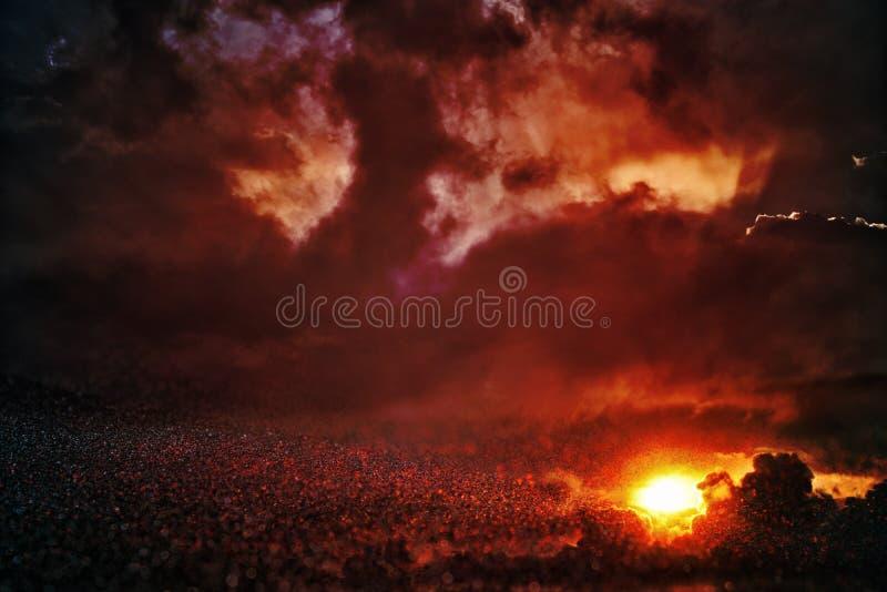 de zwarte en het rood schitteren lichtenachtergrond defocused stock foto's