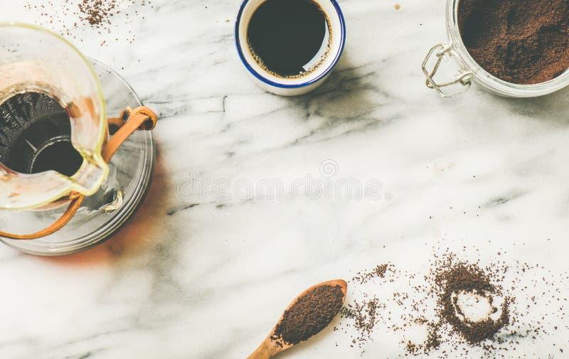 De zwarte gefiltreerde koffie in Chemex en witte kop, vlak-legt stock afbeelding
