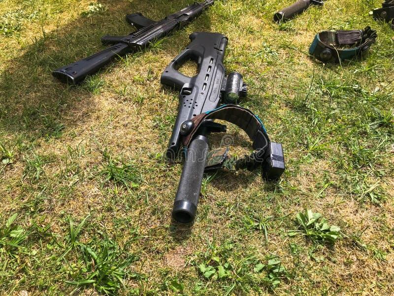 De zwarte het leger militaire machinegeweren van het ijzermetaal, lichte wapens voor militairen met knalpotten liggen op de achte royalty-vrije stock afbeeldingen