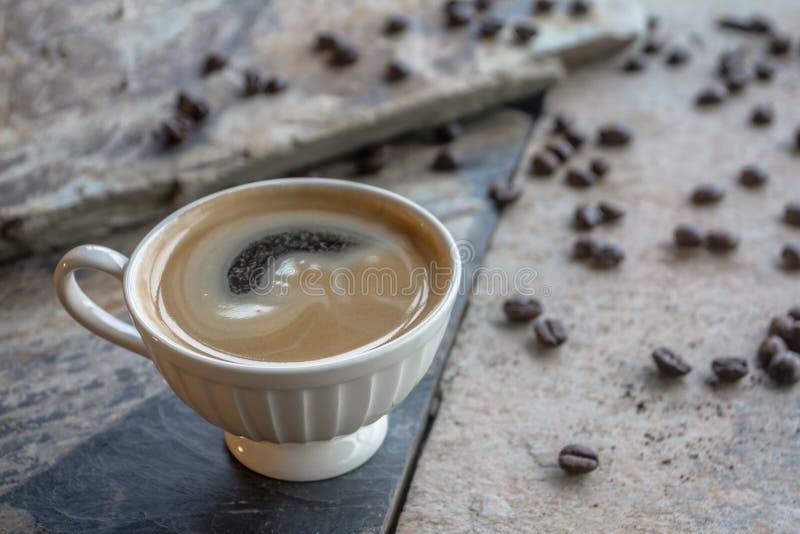 De zwarte hete koffie mengt niet de stroop De hulp bevordert waakzaam en verfrist het lichaam om te blijven de cafeïne stock foto's