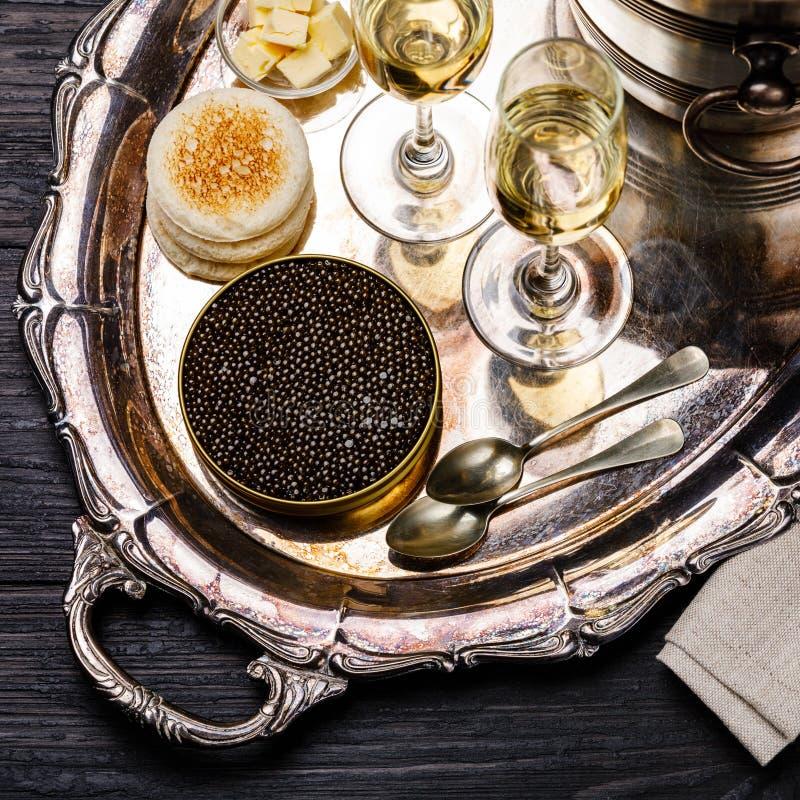 De zwarte kaviaar kan binnen, verse broodtoost en champagne royalty-vrije stock afbeelding