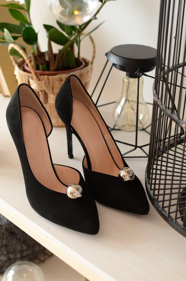 De zwarte met elegante het leervrouwen van parelschoenen van high-heeled schoenen, meetkunde, steekt glanzende hielschoenen aan royalty-vrije stock fotografie