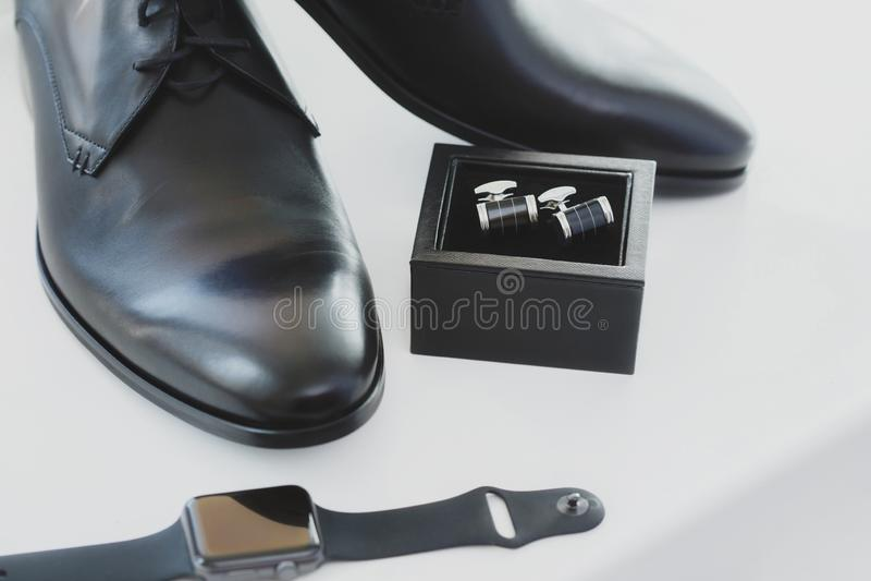 De zwarte schoenen, cufflinks en het horloge van de leer mannelijke kleding stock afbeeldingen