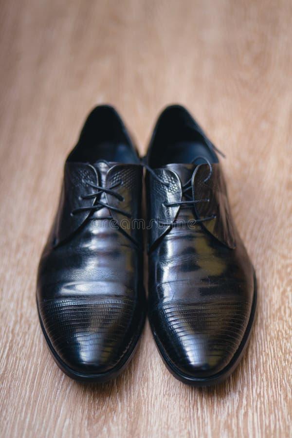 De zwarte schoenen van modieuze mensen op een vloer stock afbeeldingen