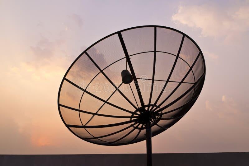 De zwarte schotel van de antennecommunicatiesatelliet royalty-vrije stock afbeelding