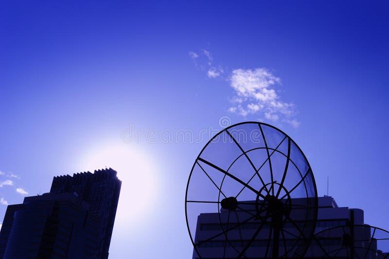 De zwarte schotel van de antennecommunicatiesatelliet royalty-vrije stock fotografie