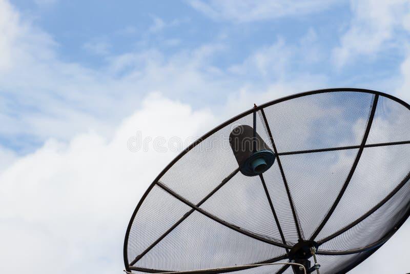 De zwarte schotel van de antennecommunicatiesatelliet stock afbeeldingen