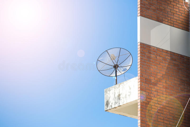 De zwarte schotel van de antennecommunicatiesatelliet royalty-vrije stock afbeeldingen