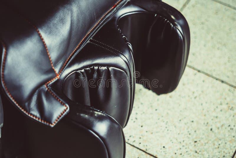 De zwarte stoel van de leermassage stock fotografie