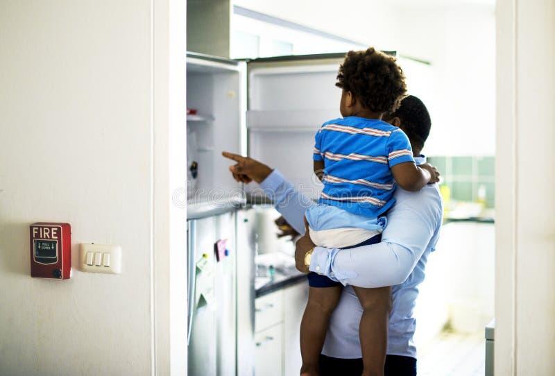 De zwarte vader geniet samen van kostbare tijd met zijn kindhappine stock afbeeldingen