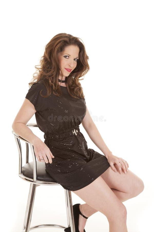 Download De Zwarte Van De Vrouw Zit Glimlachlippenstift Stock Afbeelding - Afbeelding bestaande uit gelukkig, geïsoleerd: 29510515
