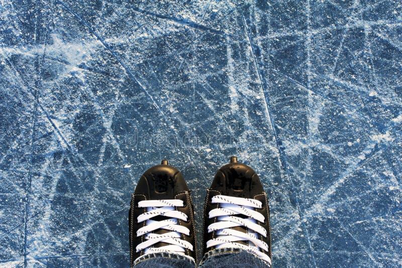 De zwarte van mensen` s vleten op ijs stock afbeeldingen
