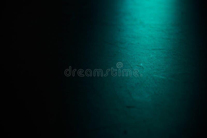 De zwarte vloer van de balletzaal op blauwe schijnwerper Achtergrond voor dans en theater royalty-vrije stock fotografie