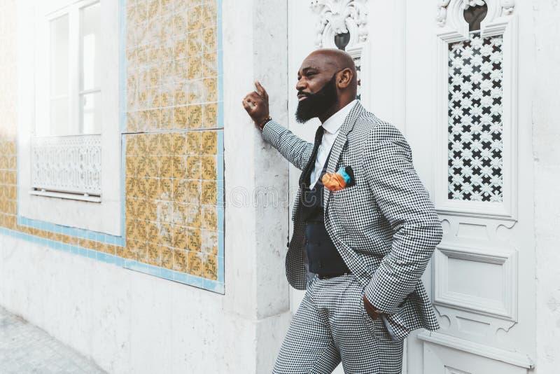 De zwarte volwassen man dichtbij de muur royalty-vrije stock foto's