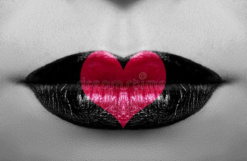 De zwarte witte foto van het glamourconcept met rood hart royalty-vrije stock afbeeldingen
