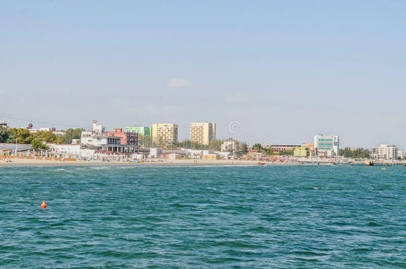 De Zwarte Zee, de strandboulevard en de kust met blauw water en gouden zand, hotels royalty-vrije stock fotografie