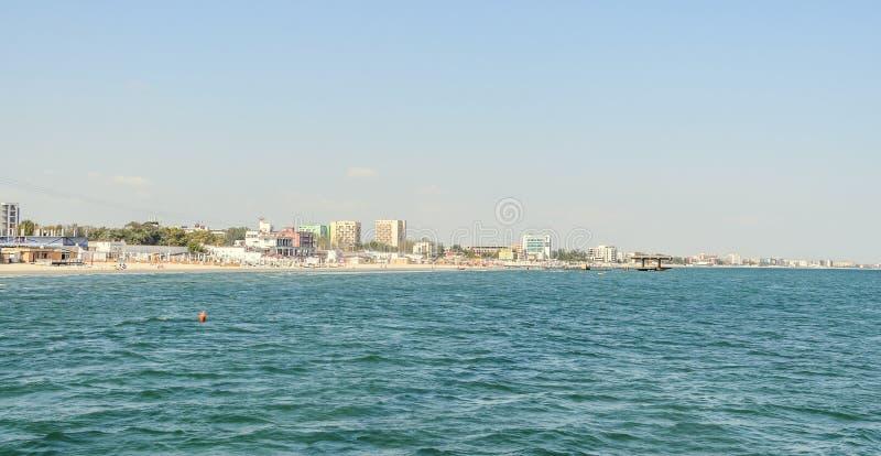 De Zwarte Zee, de strandboulevard en de kust met blauw water en gouden zand, hotels stock foto