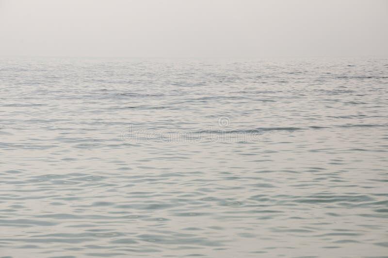 De Zwarte Zee Water zonder golven en weinig boot ver weg rust Bewolkt hoofdzakelijk weer Blauwe en grijze kleur Vóór regen stock afbeelding