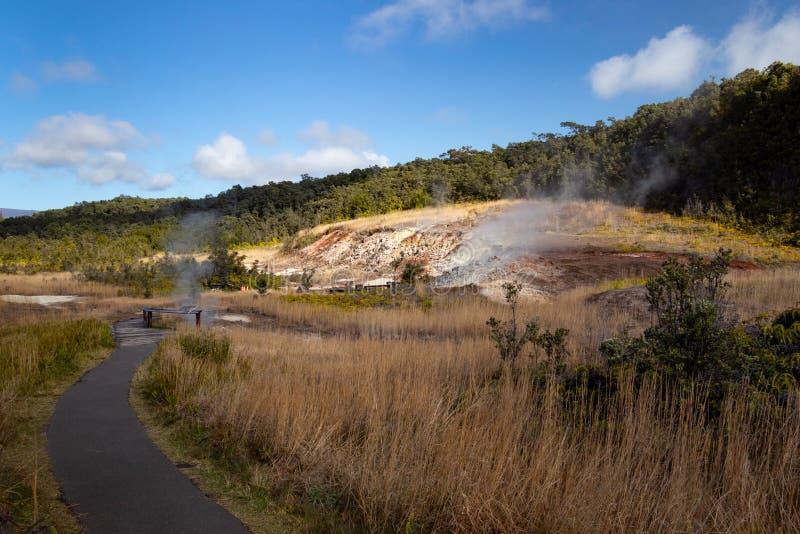De Zwavelbanken trainen Ha'akulamanu die gevaarlijke vulkanische dampen uitstoten in het Nationaal Park van Hawaii Volcanoes, het royalty-vrije stock foto's