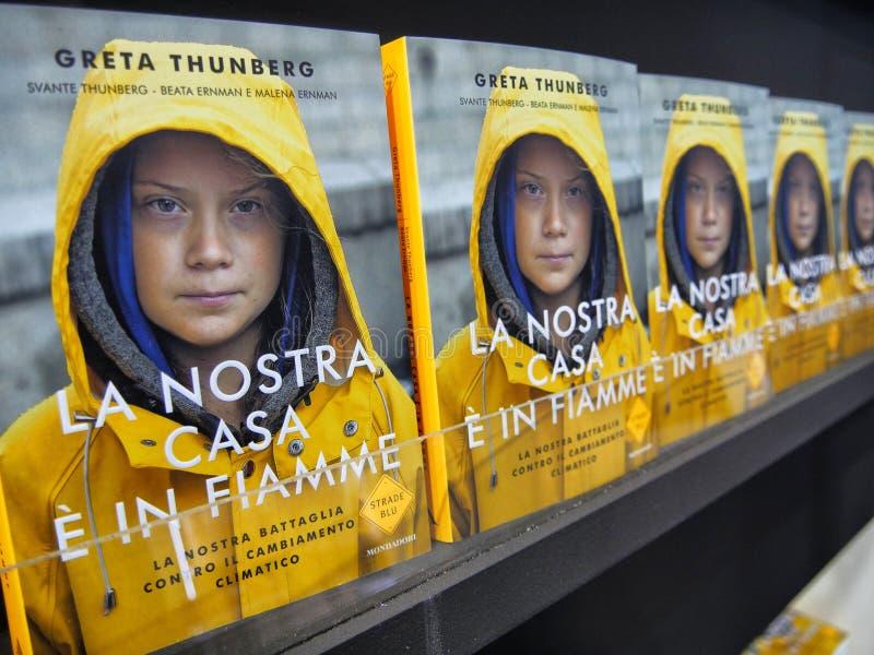De Zweedse klimaatactivist Greta Thunberg publiceert in Itali? het boek dat als ?Ons huis wordt vertaald zich ?uitbrandt royalty-vrije stock afbeeldingen