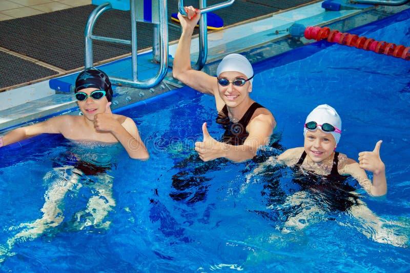 De zwemmende bus toont oefeningen voor kinderen royalty-vrije stock afbeelding