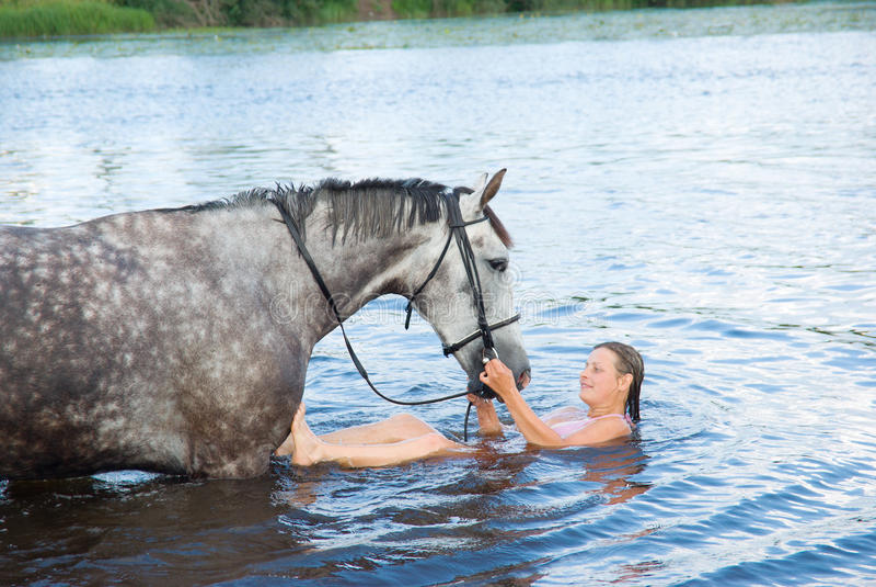 Download De Zwemmende Winth Hengst Van De Vrouw In Rivier Stock Foto - Afbeelding bestaande uit bathing, vrij: 10775116