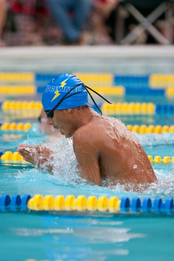 De Zwemmer van de tiener doet Schoolslag binnen zwemt samenkomt royalty-vrije stock fotografie