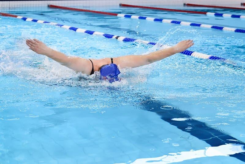 De zwemmer in waterpool zwemt één van het zwemmen stijl royalty-vrije stock foto