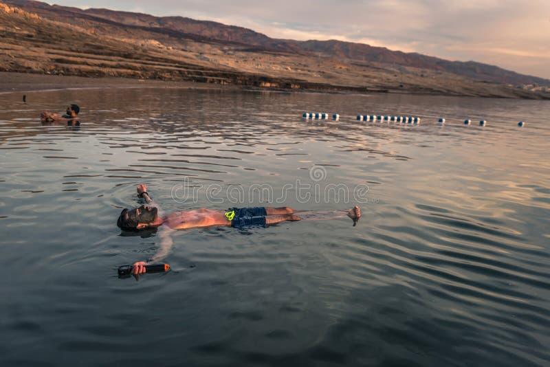 Dead Sea - 05 oktober 2018: Turister som badar i Salty Dead Sea, Jordanien arkivfoton