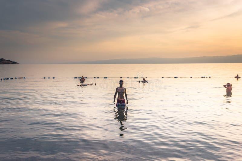 Dead Sea - 05 oktober 2018: Turister som badar i Salty Dead Sea, Jordanien arkivbilder