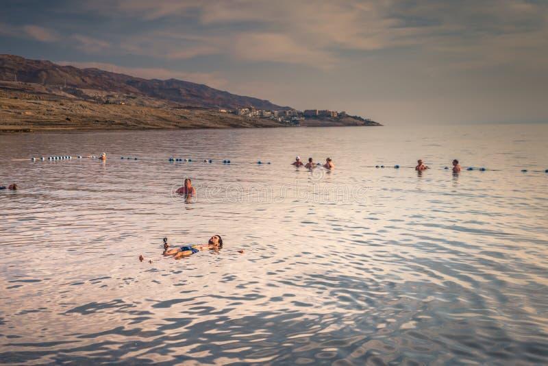 Dead Sea - 05 oktober 2018: Turister som badar i Salty Dead Sea, Jordanien royaltyfri fotografi
