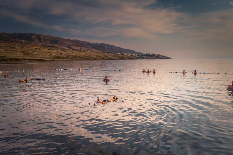 Dead Sea - 05 oktober 2018: Turister som badar i Salty Dead Sea, Jordanien royaltyfria bilder