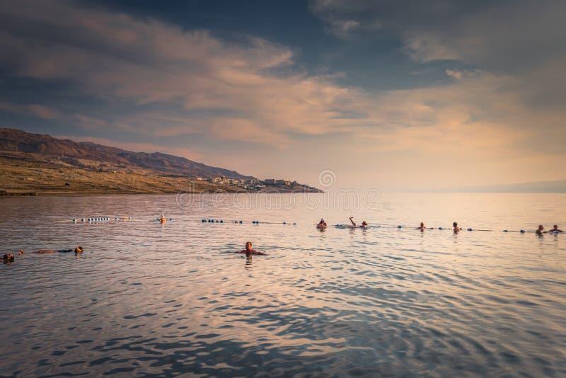 Dead Sea - 05 oktober 2018: Turister som badar i Salty Dead Sea, Jordanien arkivfoto