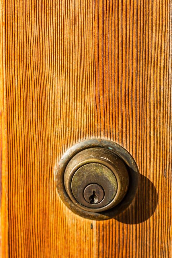 Deadbolt锁特写镜头在布朗门的 库存图片