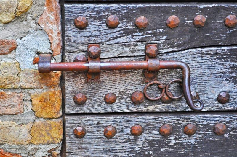 Deadbolt em uma porta de madeira fotos de stock