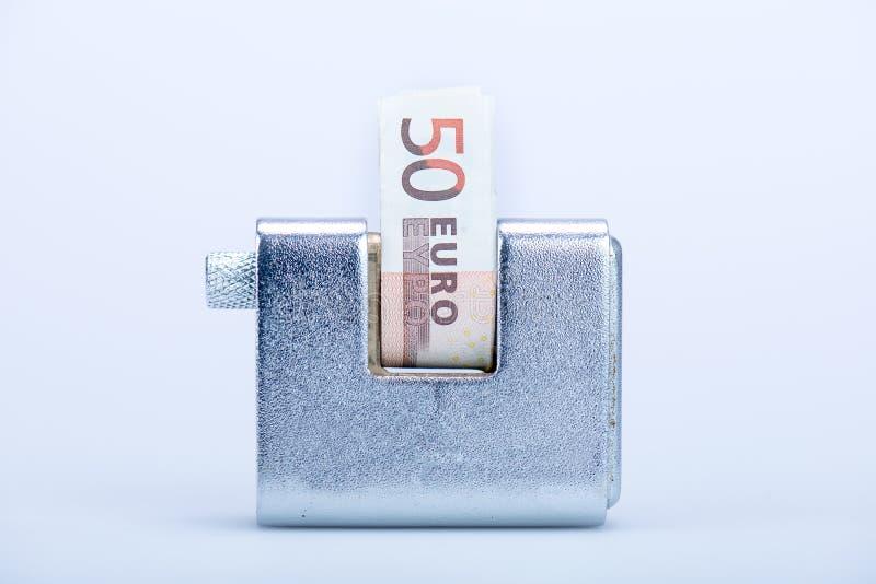 Deadbolt met Europese bankbiljetten stock afbeeldingen
