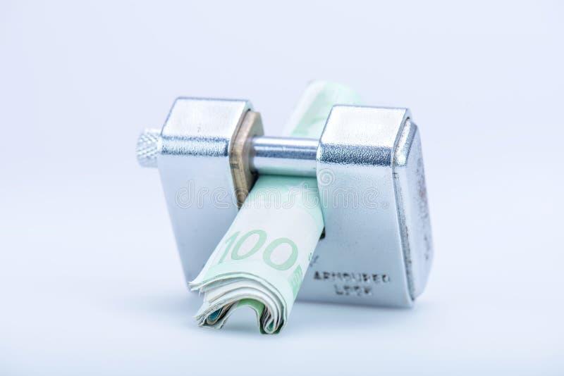 Deadbolt met Europese bankbiljetten royalty-vrije stock afbeelding