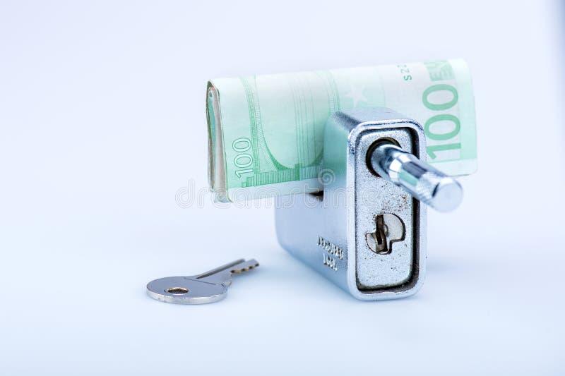 Deadbolt met Europese bankbiljetten en sleutel stock afbeelding