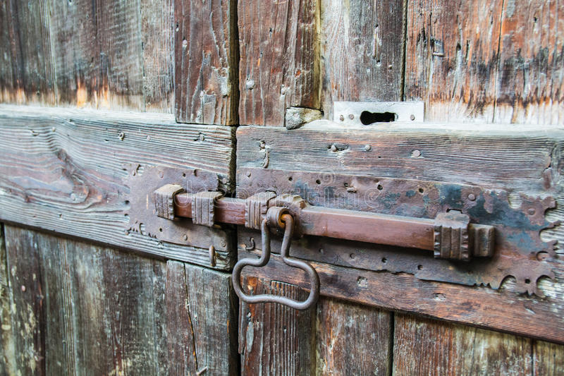 Deadbolt op houten deur stock foto's