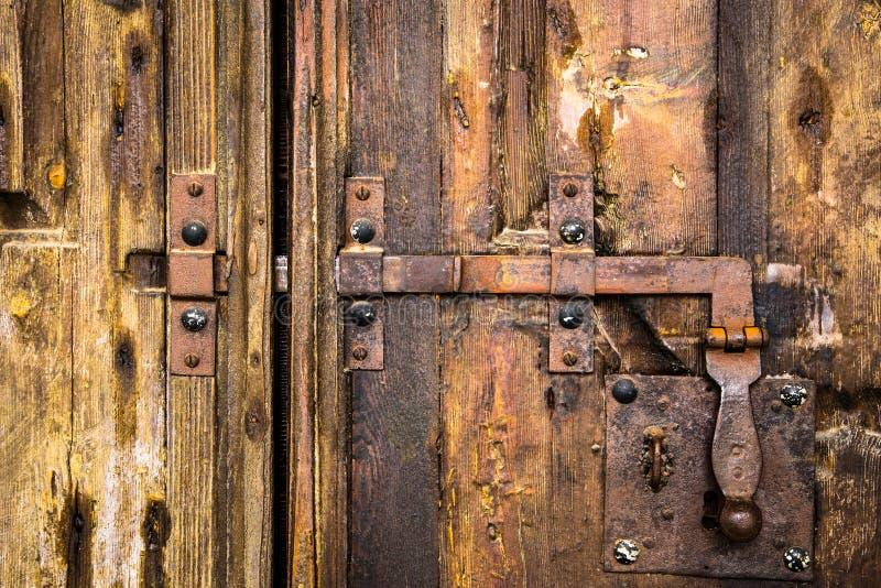 Deadbolt op houten deur stock foto