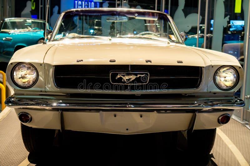 Dearborn, MI/Etats-Unis - 04 21 2018 : dos blanc 1965 de Ford Mustang Fast chez Henry Ford Museum photo libre de droits