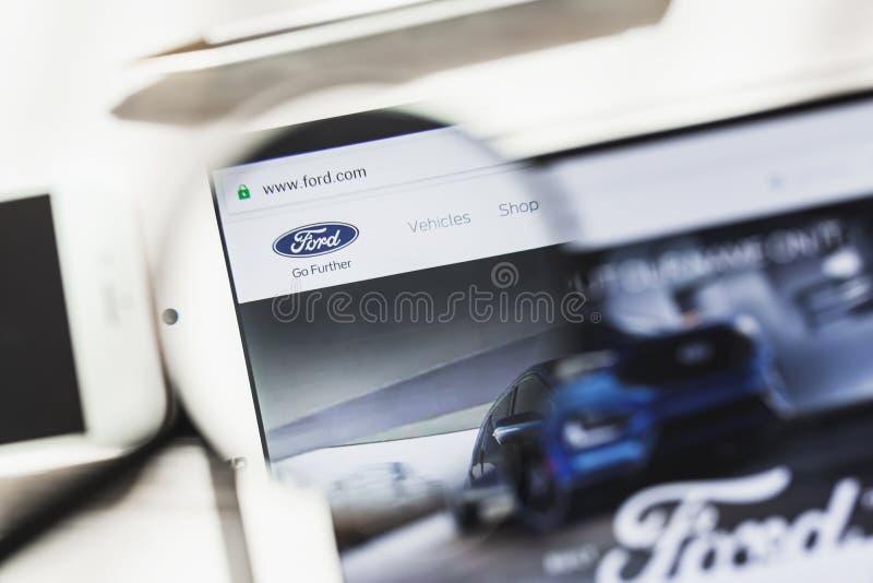 Dearborn, Michigan, EUA - 14 de março de 2019: Ford Motor Company, carro, homepage oficial do Web site sob a lupa fotos de stock royalty free