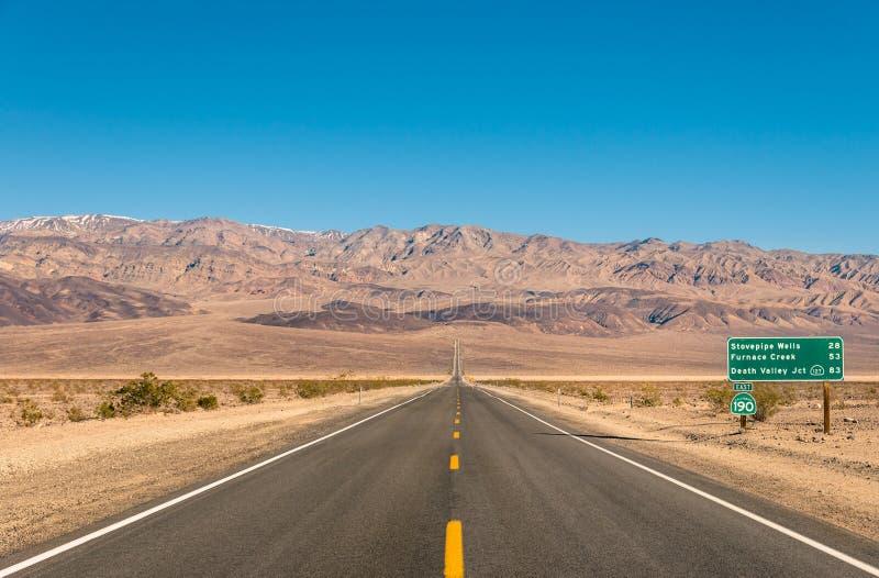 Death Valley, Kalifornien - leeren Sie unbegrenzte Straße in der Wüste lizenzfreies stockfoto