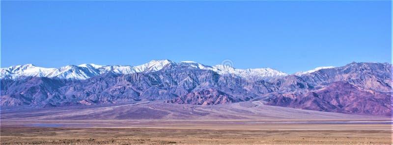 Death Valley utsikt över handfatet och alluvial fan fotografering för bildbyråer